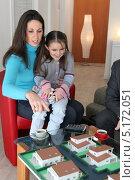 Купить «Девочка и её мама рассматривают макет жилого района», фото № 5172051, снято 21 января 2010 г. (c) Phovoir Images / Фотобанк Лори