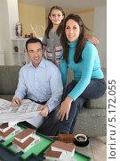 Купить «Семейство в офисе архитектора у макета своего будущего района проживания», фото № 5172055, снято 21 января 2010 г. (c) Phovoir Images / Фотобанк Лори