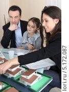 Купить «Риелтор показывает клиентам макет их будущего дома», фото № 5172087, снято 21 января 2010 г. (c) Phovoir Images / Фотобанк Лори