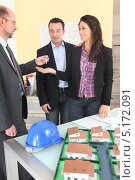 Купить «Агент по недвижимости общается с клиентами», фото № 5172091, снято 21 января 2010 г. (c) Phovoir Images / Фотобанк Лори