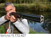 Купить «Мужчина целится из ружья», фото № 5172427, снято 28 сентября 2010 г. (c) Phovoir Images / Фотобанк Лори