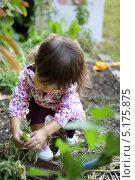Купить «Маленькая садовница», фото № 5175875, снято 21 февраля 2003 г. (c) Phovoir Images / Фотобанк Лори