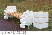 Белая пустая скамейка осенью. Стоковое фото, фотограф SevenOne / Фотобанк Лори