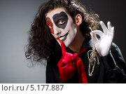 Купить «Мужчина с гримом на лице держит в руке скелет и приставил палец к губам», фото № 5177887, снято 22 мая 2012 г. (c) Elnur / Фотобанк Лори