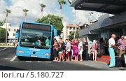 Купить «Люди заходят в автобус на станции в Пафосе», видеоролик № 5180727, снято 17 октября 2013 г. (c) Кекяляйнен Андрей / Фотобанк Лори
