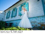 Невеста возле деревянного дома. Стоковое фото, фотограф Фесенко Сергей / Фотобанк Лори