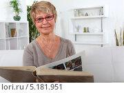 Купить «Женщины смотрят фотоальбом», фото № 5181951, снято 26 января 2011 г. (c) Phovoir Images / Фотобанк Лори
