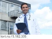 Купить «Улыбающийся доктор на фоне здания больницы», фото № 5182335, снято 30 июля 2010 г. (c) Phovoir Images / Фотобанк Лори