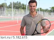 Купить «Улыбающийся мужчина с теннисной ракеткой», фото № 5182615, снято 4 июня 2010 г. (c) Phovoir Images / Фотобанк Лори