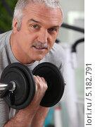 Купить «Немолодой мужчина выполняет упражнения с гантелью», фото № 5182791, снято 13 апреля 2010 г. (c) Phovoir Images / Фотобанк Лори