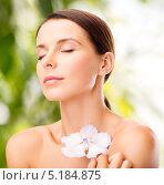 Купить «Красивая молодая брюнетка с белым цветком», фото № 5184875, снято 25 июля 2013 г. (c) Syda Productions / Фотобанк Лори