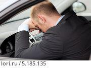 Уставший бизнесмен а рулем автомобиля. Стоковое фото, фотограф Syda Productions / Фотобанк Лори