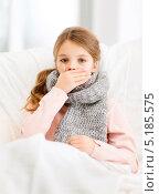 Купить «Простывшая девочка лежит в кровати», фото № 5185575, снято 9 октября 2013 г. (c) Syda Productions / Фотобанк Лори
