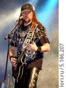 Купить «Рок-музыкант гитарист Леонид Фомин (группа «Мастер»)», эксклюзивное фото № 5186207, снято 5 октября 2013 г. (c) Андрей Дегтярёв / Фотобанк Лори