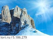 Красивый зимний солнечный горный пейзаж (Sella Pass, Италия) (2012 год). Стоковое фото, фотограф Юрий Брыкайло / Фотобанк Лори