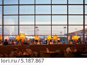 Купить «Люди в кафе в аэропорту Шереметьево», фото № 5187867, снято 12 мая 2013 г. (c) Victoria Demidova / Фотобанк Лори