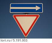 Дорожные знаки на фоне голубого неба. Стоковое фото, фотограф Артур Буйбаров / Фотобанк Лори