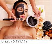 Купить «Косметолог наносит темную маску на лицо девушки. Процедура в салоне», фото № 5191119, снято 8 октября 2013 г. (c) Валуа Виталий / Фотобанк Лори