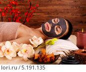 Молодая женщина с маской на лице на спа-сеансе. Стоковое фото, фотограф Валуа Виталий / Фотобанк Лори
