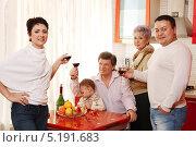 Купить «Счастливые родители, бабушка и дедушка с малышом сидят на красивой кухне», фото № 5191683, снято 13 ноября 2019 г. (c) Roman Barelko / Фотобанк Лори