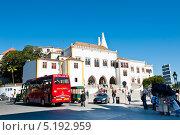 Парадный фасад Национального дворца Синтры (Palacio Nacional de Sintra). Португалия (2013 год). Редакционное фото, фотограф E. O. / Фотобанк Лори