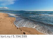 Следы на песке на морском берегу. Стоковое фото, фотограф Коптева Зоя / Фотобанк Лори