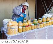 Купить «Продажа меда на сельскохозяйственном рынке», фото № 5196619, снято 16 сентября 2019 г. (c) FotograFF / Фотобанк Лори