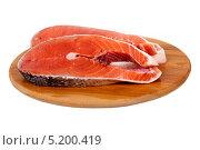 Куски лосося на разделочной доске. Стоковое фото, фотограф Сергей Видинеев / Фотобанк Лори