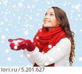 Купить «Красивая девушка со снежинкой в руках», фото № 5201627, снято 22 сентября 2013 г. (c) Syda Productions / Фотобанк Лори
