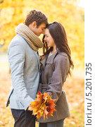 Купить «Влюбленная пара в осеннем лесу», фото № 5201735, снято 5 октября 2013 г. (c) Syda Productions / Фотобанк Лори