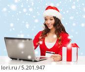 Купить «Красивая молодая женщина покупает в интернет магазине подарки, оплачивая заказ банковской картой», фото № 5201947, снято 22 сентября 2013 г. (c) Syda Productions / Фотобанк Лори