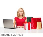 Купить «Красивая молодая женщина покупает в интернет магазине подарки, оплачивая заказ банковской картой», фото № 5201975, снято 27 сентября 2013 г. (c) Syda Productions / Фотобанк Лори