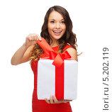 Купить «Счастливая девушка с подарком, перевязанным красным бантом», фото № 5202119, снято 22 сентября 2013 г. (c) Syda Productions / Фотобанк Лори