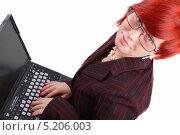 Купить «Красивая девушка с короткой стрижкой в очках работает за ноутбуком. Светлый фон.», фото № 5206003, снято 12 июля 2020 г. (c) Даниил Петров / Фотобанк Лори