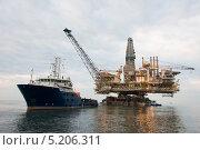 Купить «Морская нефтяная вышка и корабль», фото № 5206311, снято 12 сентября 2013 г. (c) Elnur / Фотобанк Лори