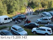 Купить «Много легковых авто во дворе жилого дома», фото № 5209143, снято 28 июля 2013 г. (c) Иван Тимофеев / Фотобанк Лори