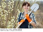 Купить «Счастливая женщина с лопатой в весеннем саду», фото № 5219059, снято 28 апреля 2011 г. (c) Яков Филимонов / Фотобанк Лори
