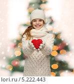 Купить «Девочка в зимней одежде с красным сердцем», фото № 5222443, снято 9 октября 2013 г. (c) Syda Productions / Фотобанк Лори