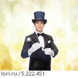 Купить «Фокусник в черном фраке показывает трюки», фото № 5222451, снято 12 сентября 2013 г. (c) Syda Productions / Фотобанк Лори