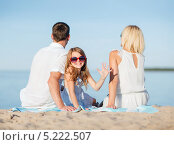 Купить «Счастливая семья на пляже летом», фото № 5222507, снято 4 августа 2013 г. (c) Syda Productions / Фотобанк Лори