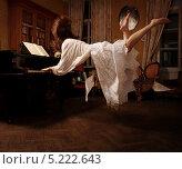 Купить «Босая девушка играет на фортепиано в полете», фото № 5222643, снято 4 апреля 2011 г. (c) Darja Vorontsova / Фотобанк Лори