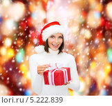 Купить «Счастливая девушка с подарками к Рождеству», фото № 5222839, снято 15 августа 2013 г. (c) Syda Productions / Фотобанк Лори