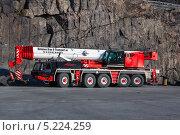 Автокран Faun на фоне скал (2013 год). Редакционное фото, фотограф Алексей Шматков / Фотобанк Лори