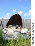Старый, ржавый автомобиль с открытым капотом (2013 год). Стоковое фото, фотограф Максим Адылшин / Фотобанк Лори