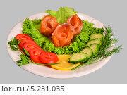 Рулеты из филе красной рыбы с зеленью и овощами. Стоковое фото, фотограф Сергей Огарёв / Фотобанк Лори