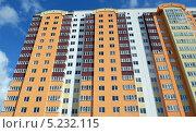 Купить «Новостройка - новый многоквартирный жилой дом», фото № 5232115, снято 21 октября 2013 г. (c) Олег Пчелов / Фотобанк Лори