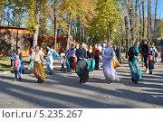 Купить «Кришнаиты танцуют на улице, парк Горького, Москва», эксклюзивное фото № 5235267, снято 13 октября 2013 г. (c) lana1501 / Фотобанк Лори