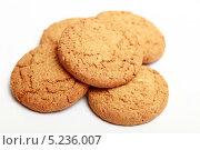 Купить «Овсяное печенье на белом фоне», эксклюзивное фото № 5236007, снято 29 октября 2013 г. (c) Яна Королёва / Фотобанк Лори