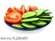 Нарезанные помидор и огурец в тарелке. Изолировано на белом. Стоковое фото, фотограф Алексей C. / Фотобанк Лори