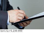 Бизнесмен подписывает документ. Стоковое фото, фотограф Людмила Дутко / Фотобанк Лори